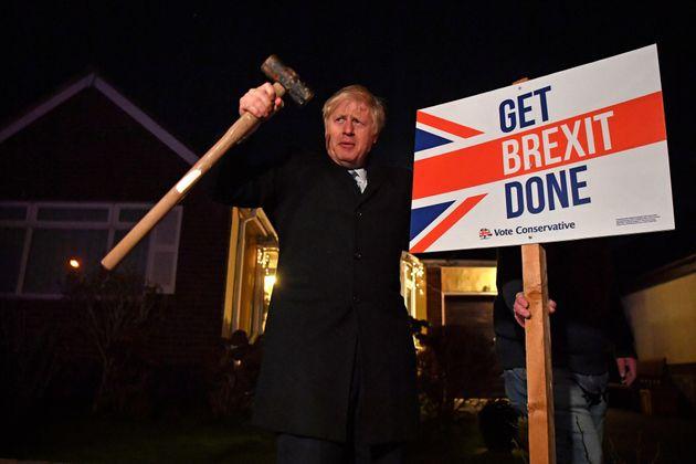Boris Johnson junto al lema de su