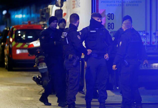 Des policiers dans un tunnel de la Défense où un homme menaçant a été...