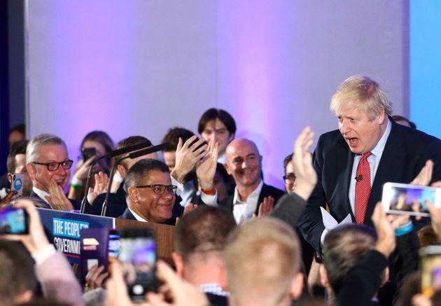 Boris Johnson, vencedor en las elecciones del jueves, recibe la aclamación de sus seguidores