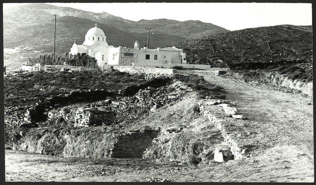 Άποψη της ανασκαφής στην Αγία Θέκλα, στην Τήνο, το 1979. Διακρίνονται υπολείμματα του θολωτού τάφου (κάτω)...