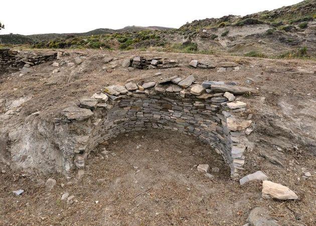 Ο θολωτός τάφος της Αγίας Θέκλας,στην Τήνο,