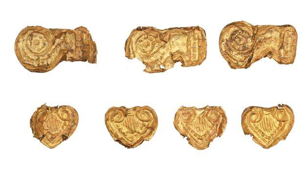 Χρυσές χάντρες από τον θολωτό τάφο της Αγίας Θέκλας,στην Τήνο (13ος αι.
