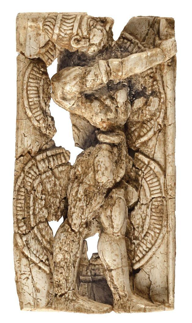 Ελεφαντοστέινο πλακίδιο πολεμιστή από το Αρτεμίσιο, στη Δήλο(14ος-13ος αι.