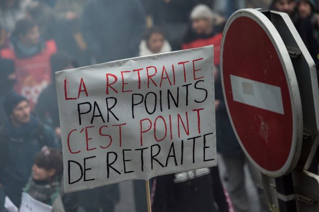 Un manifestant brandit une pancarte