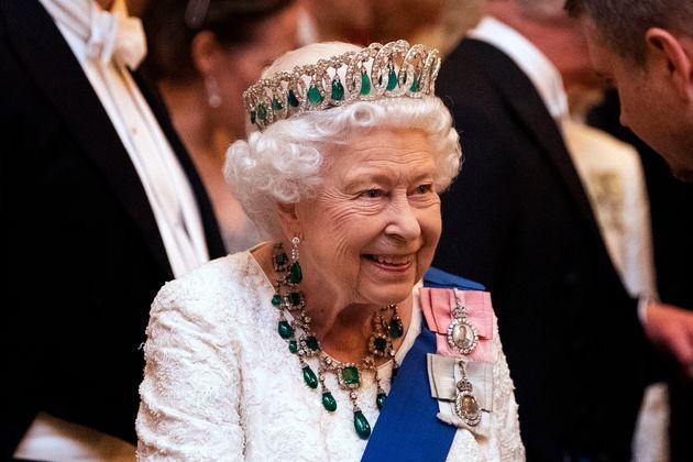 La reine Elizabeth II talks au palais de Buckingham le 11 décembre 2019 à