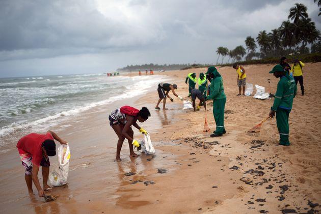 Residentes de Camaçari, na Bahia, e funcionários de limpeza fazem mutirão contra...