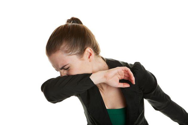 くしゃみ・咳は肘(ひじ)で受けるのがマナー? インフルエンザ予防のためにも知りたいエチケット