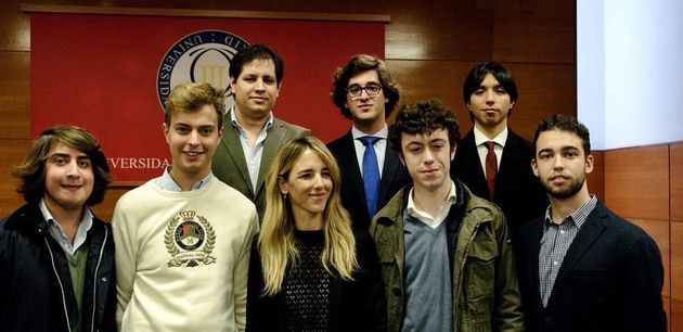 Cayetana Álvarez de Toledo acompañada por jóvenes