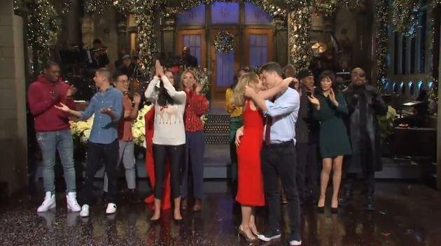 Scarlett Johansson et son futur époux Colin Jost sont tombés dans les bras l'un de l'autre...