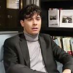 La extraña entrevista a Alfred de la que todos hablan: ojo a lo que sucede al