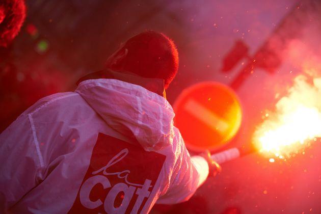 Un adhérent de la CGT photographié lors d'une manifestation à Toulouse en novembre
