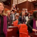 Deputadas turcas cantam 'O estuprador é você' no Parlamento para protestar contra