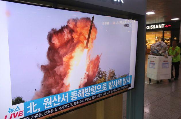 Un écran de télévision montre une photo d'archives d'un lancement de missile en...