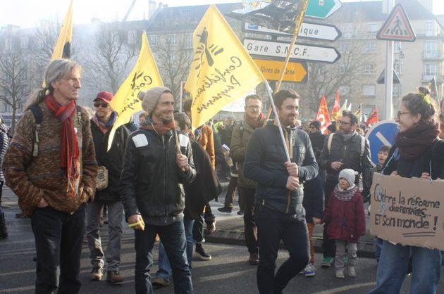 Des membres de la Confédération paysanne lors d'une manifestation contre la réforme...