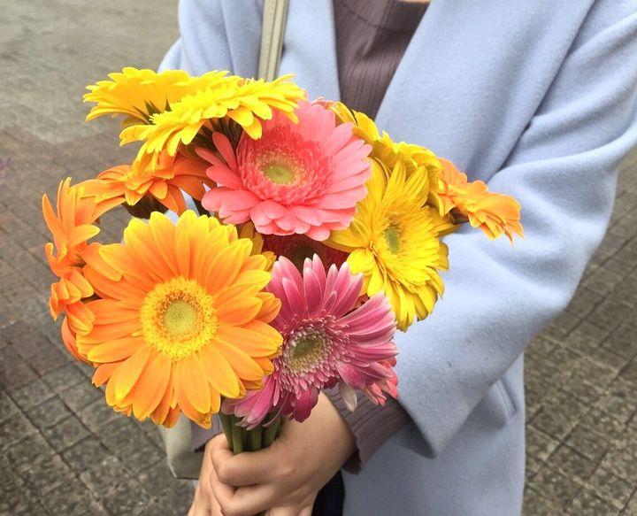 フラワーデモで参加者が手にした花=11月18日、長崎市