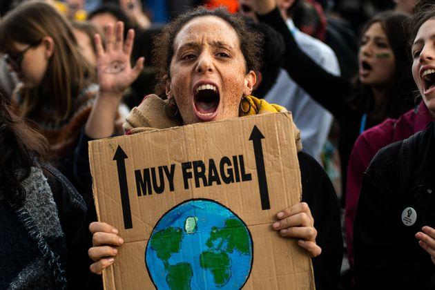 Una activista protesta durante la