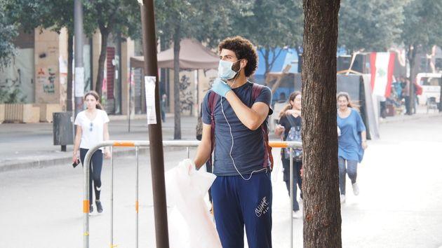 夜間は抗議行動が活発な首都中心部で、日中にゴミ拾いをする人々