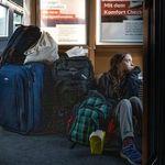 Greta siede a terra in treno: