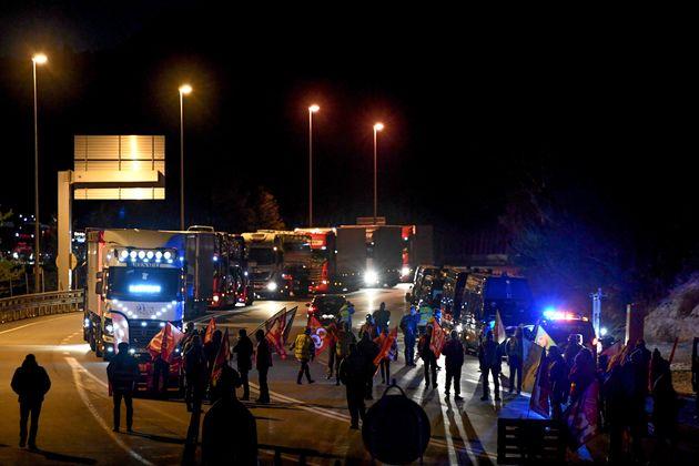 Plusieurs syndicats de routiers ont appelé à la grève ce lundi pour réclamer...