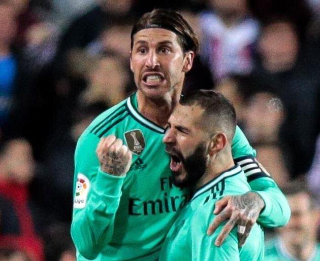 El delantero francés del Real Madrid Karim Benzema celebra con Sergio Ramos su gol, conseguido...
