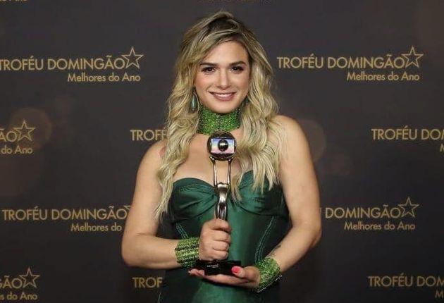 Glamour Garcia com o troféu de atriz revelação no
