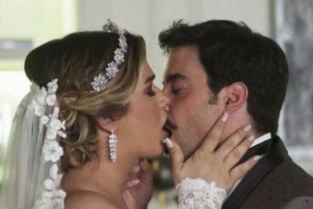 Britney (Glamour Garcia) e Abel (Pedro Carvalho), em cena de
