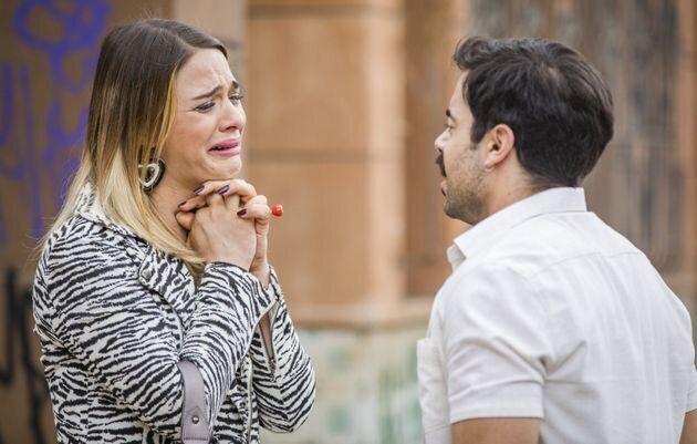 Britney, que é interpretada pela atriz Glamour Garcia, na cena em que conta para Abel (Pedro Carvalho)...