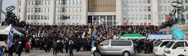 황교안 자유한국당 대표와 심재철 원내대표, 의원 및 당직자들이 16일 서울 여의도 국회 본청 앞 계단에서 열린 '공수처법 선거법 날치기 저지 규탄대회'에서 구호를 외치고