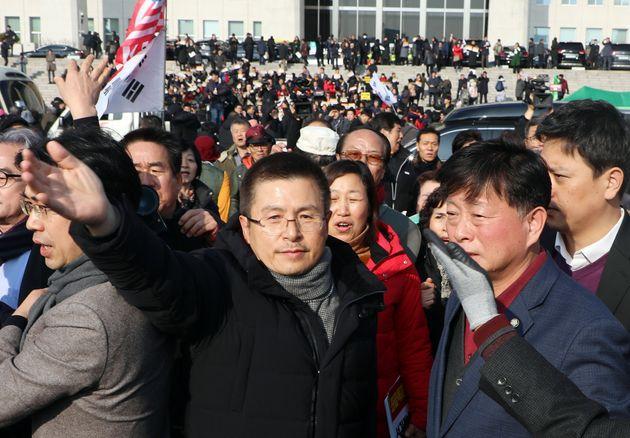 황교안 자유한국당 대표가 16일 서울 여의도 국회 본관 계단에서 열린 자유한국당 공수처법 선거법 날치기 저지 규탄대회 참석자들을 맞이하고
