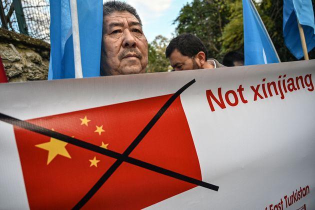 위구르족 무슬림 남성이 터키 이스탄불 중국 영사관 앞에서 위구르족의 독립을 촉구하는 배너를 들고 있다. 2019. 12.