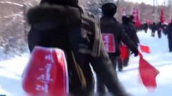 빨간 베낭 멘 북한 청년들이 일제히 '백두산 대학'에 가고