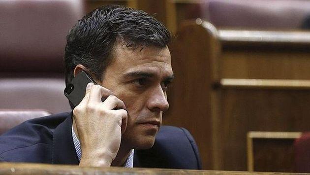 Pedro Sánchez, hablando por teléfono en una imagen de