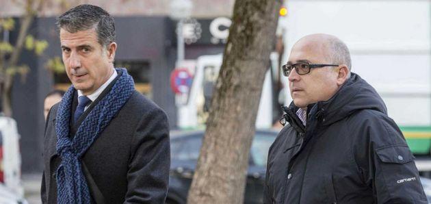 El exdirigente del PNV Alfredo de Miguel (d), y su abogado, Gonzalo Susaeta, en una imagen de archivo...