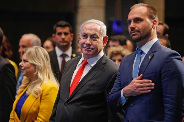 Eduardo Bolsonaro ao lado do premiê israelense Benjamin Netanyahu e sua esposa, Sara, na cerimônia...
