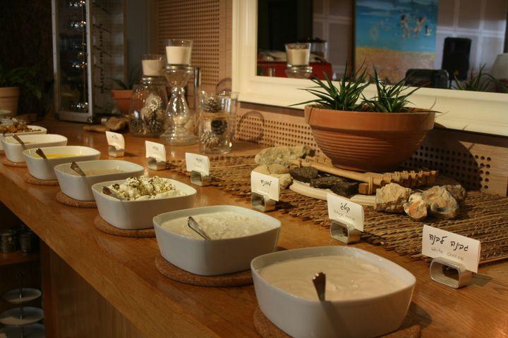 Algunos de los quesos y cremas para el desayuno en el hotel Ibex.