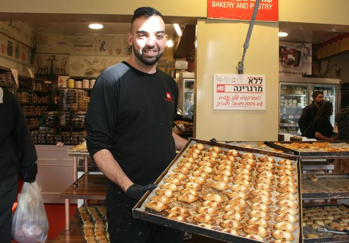 Amin, en la panadería Marzipan, con bourekas de queso.
