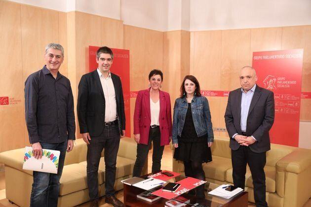 Lastra y Simancas (PSOE) con los representantes de Bildu en el