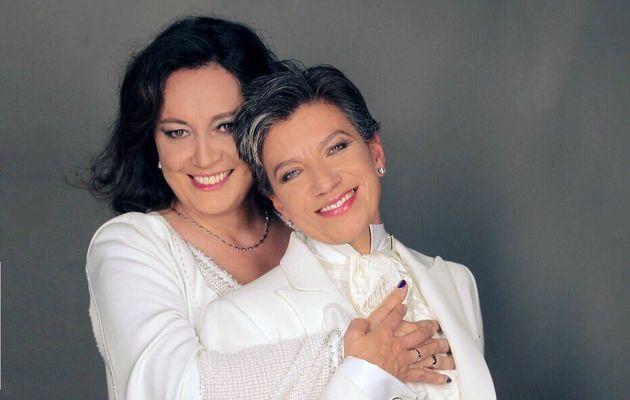 A senadoraAngélica Lozano (à esq.) abraça sua esposa Claudia López,...