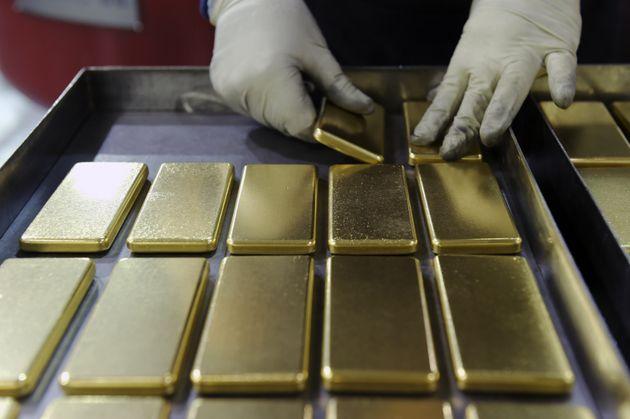 Un empleado manipula lingotes de oro de un