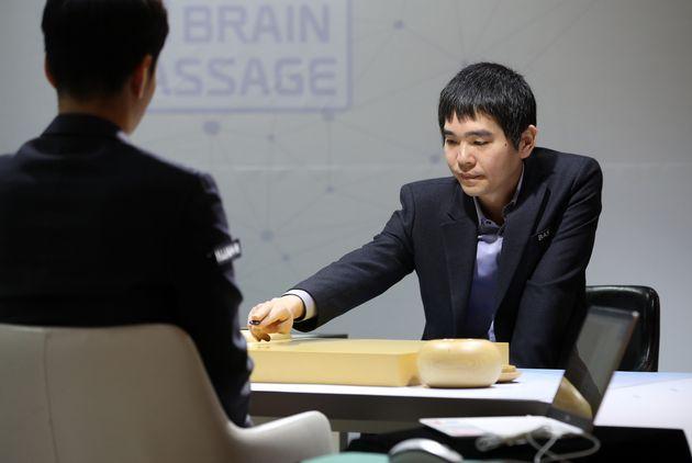이세돌 9단이 18일 서울 강남구 바디프랜드 사옥에서 열린 은퇴대국에서 한국형 알파고라 불리는 NHN AI '한돌'과 맞대결을 펼치고