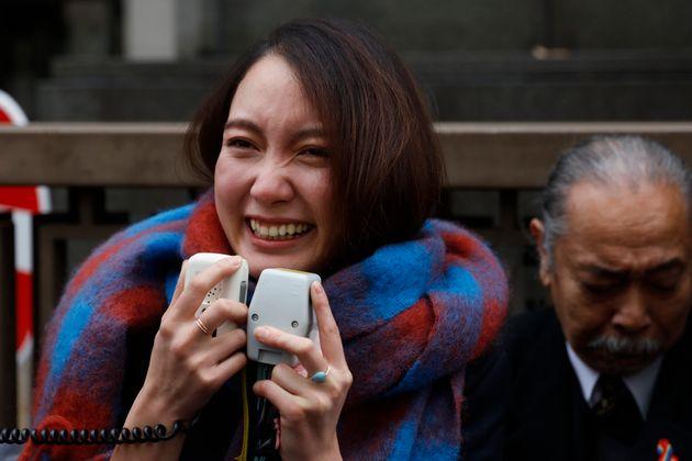 저널리스트 이토 시오리가 승소 판결 후 크게 웃고