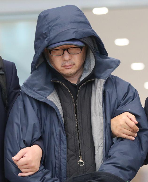 해외 도피 중이던 정태수 전 한보그룹 회장의 넷째 아들 정한근씨씨가 두바이에서 체포돼 22일 인천국제공항을 통해 송환되고