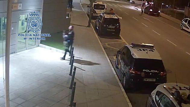 Un Policía Nacional salva a un niño que se estaba atragantando en Lorca