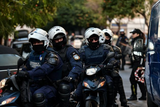 Εκκενώσεις κτιρίων υπό κατάληψη: Καταγγελία για βίαιη προσαγωγή πατέρα και γιου στο
