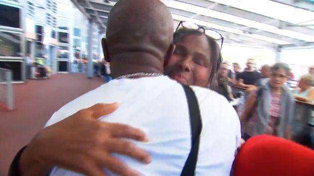 Marie-Céline Velprat dans les bras de son cousin qu'elle voit pour la première fois depuis près de 50