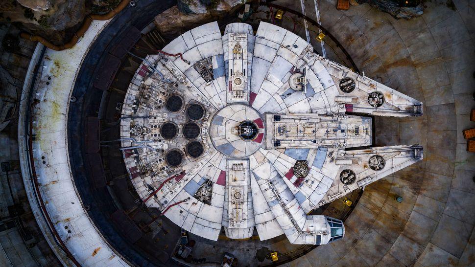 Plano cenital del 'Halcón Milenario', la atracción de Disney