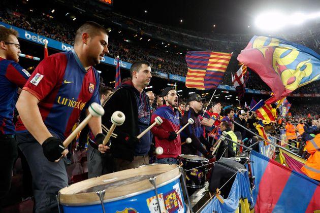 Aficionados animan en el estadio del Camp Nou minutos antes de que comience el partido aplazado de LaLiga...