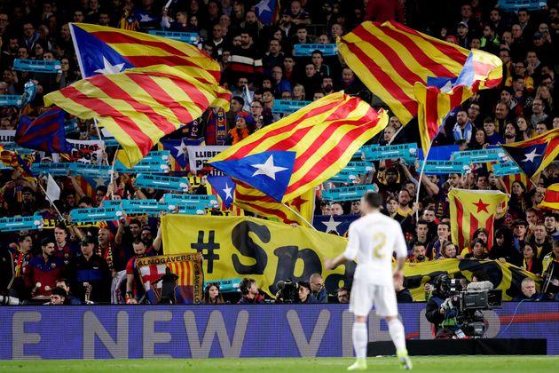 Carvajal, frente a la afición culé entre banderas y