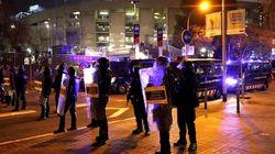 Los Mossos cargan contra manifestantes que hacían barricadas y trataban de entrar en el Camp