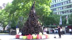Eerie Burnt Christmas Tree Erected In The Heart Of Sydney To Remind World Of Deadly